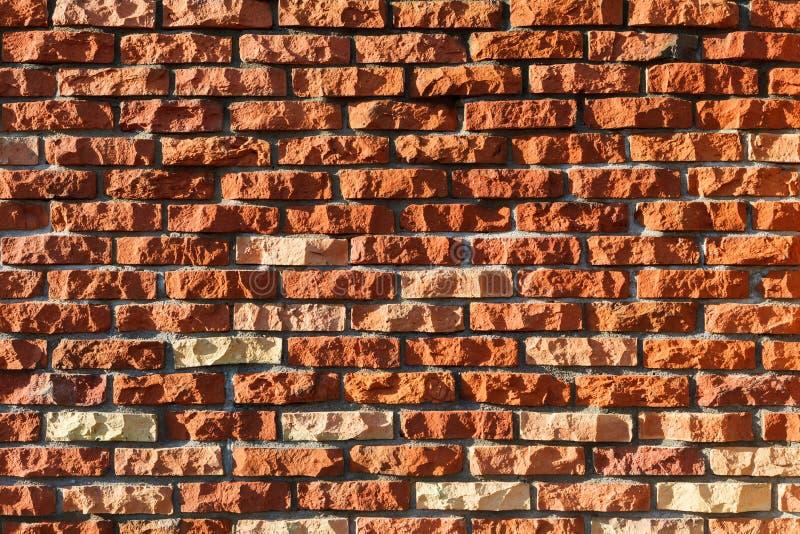 Parede feita dos tijolos cerâmicos vermelhos desbastados fotografia de stock royalty free