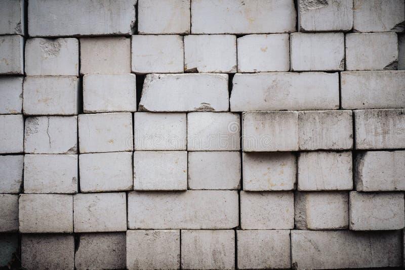 A parede ? feita dos tijolos e pintada com cor branca foto de stock royalty free
