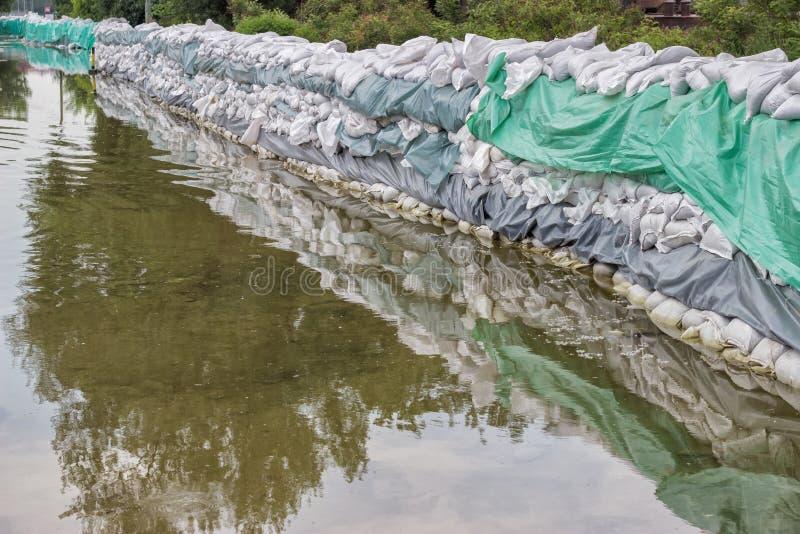 Parede grande dos sacos de areia para a defesa da inundação foto de stock royalty free
