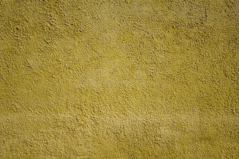 Parede granulada concreta amarela brilhante velha com os pontos brancos da pintura Textura da superf?cie ?spera imagem de stock royalty free