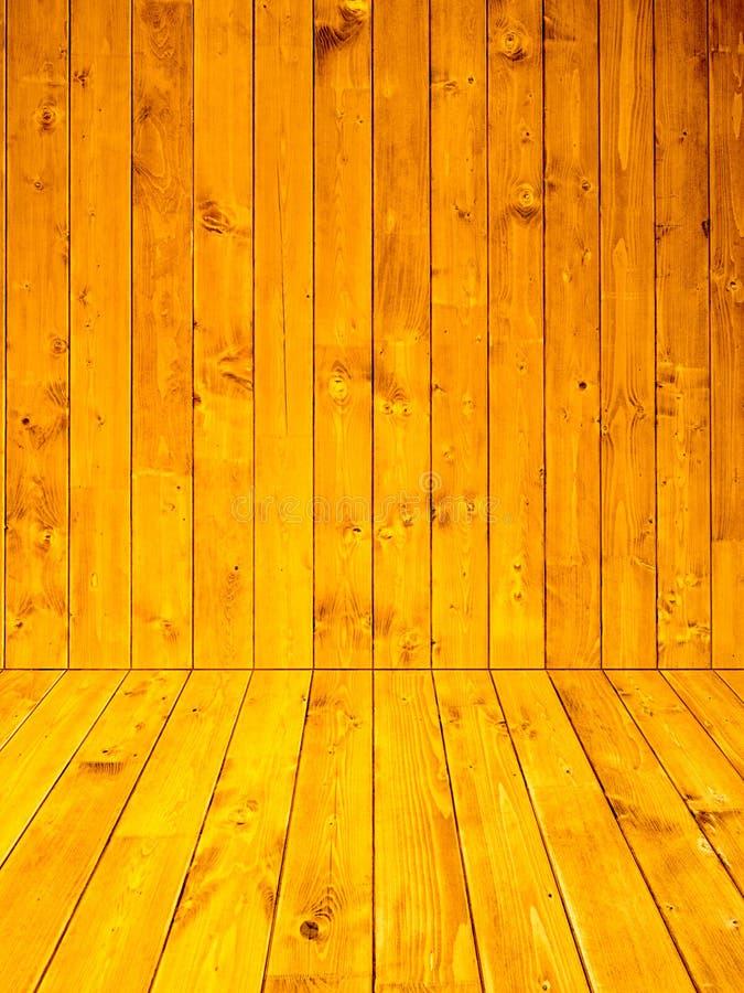 Parede interior e assoalhos da casa feita de placas de madeira do pinho fotos de stock royalty free
