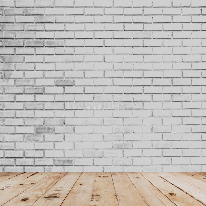 Parede interior e branca da sala de tijolo com assoalho de madeira foto de stock royalty free