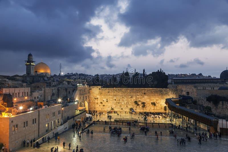 A parede lamentando e a abóbada da rocha na cidade velha do Jerusalém fotografia de stock