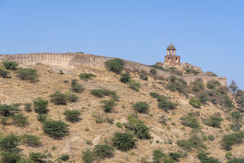 A parede longa na montanha do forte ambarino na cidade hist?rica de Amer, Jaipur, Rajasthan, ?ndia fotos de stock royalty free