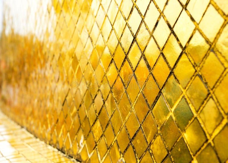 Parede lustrosa da telha de mosaico do ouro, fundo da textura na perspectiva foto de stock royalty free