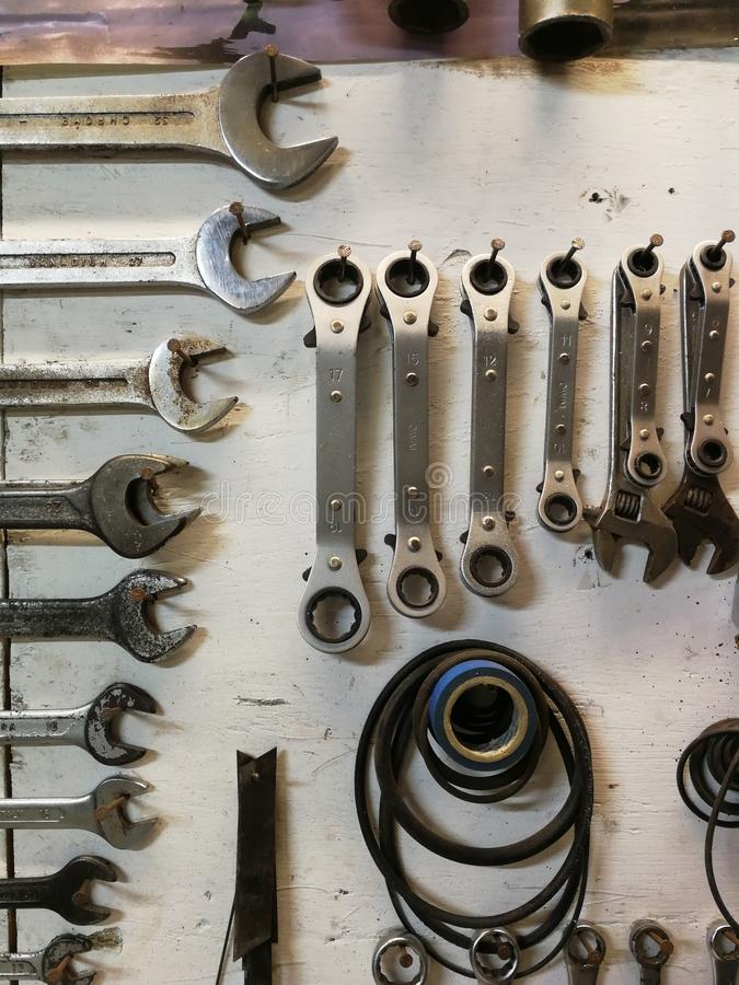 Parede mecânica dos utensílios em uma oficina imagens de stock