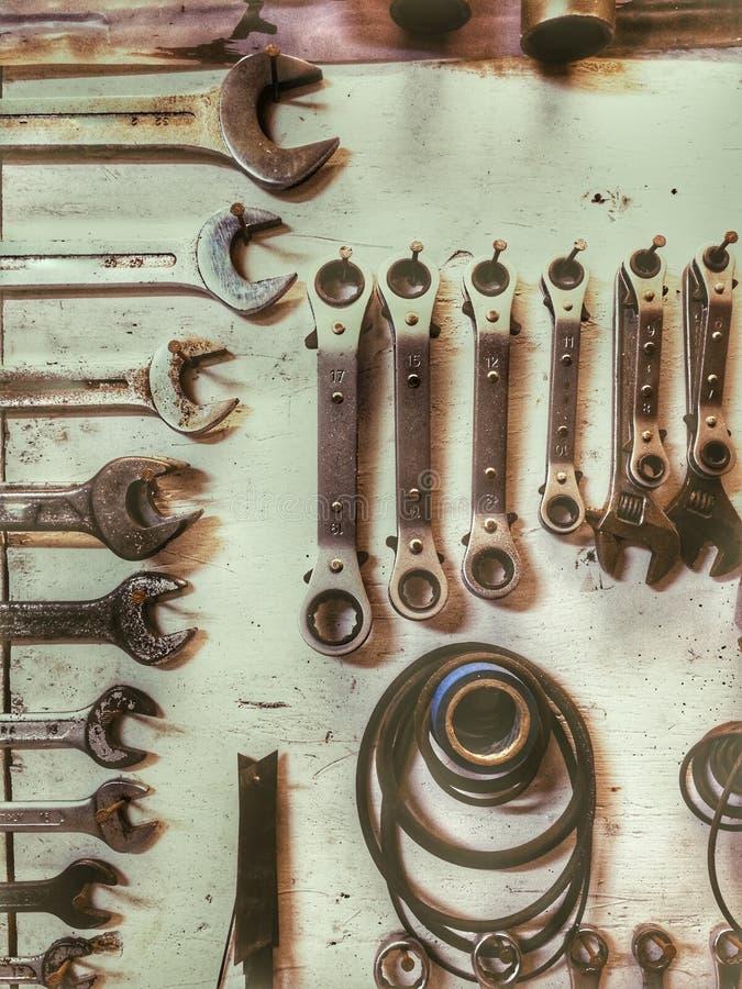 Parede mecânica dos utensílios em uma oficina em um fundo claro imagens de stock