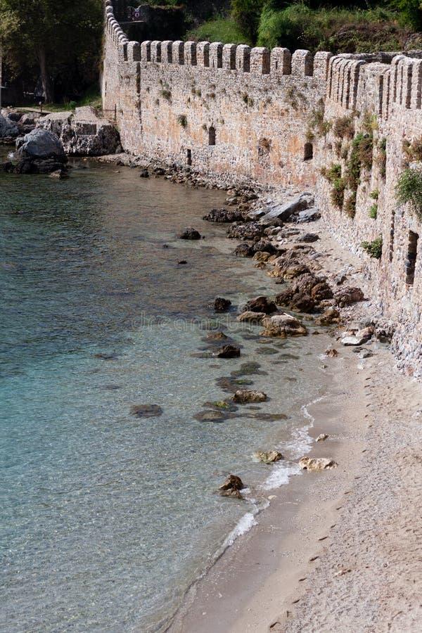 Parede medieval do castelo pelo mar imagens de stock royalty free