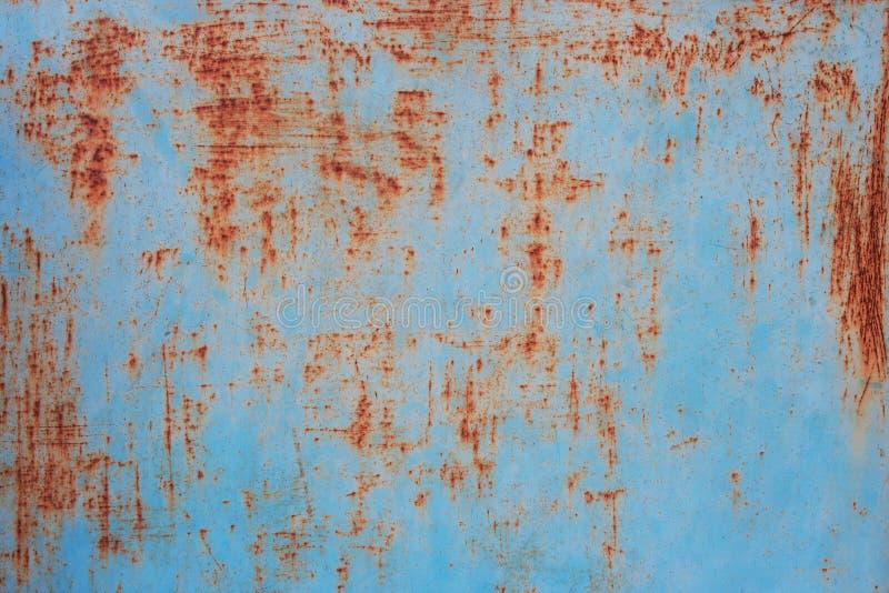 Parede metálica azul com riscos oxidados. fotos de stock royalty free