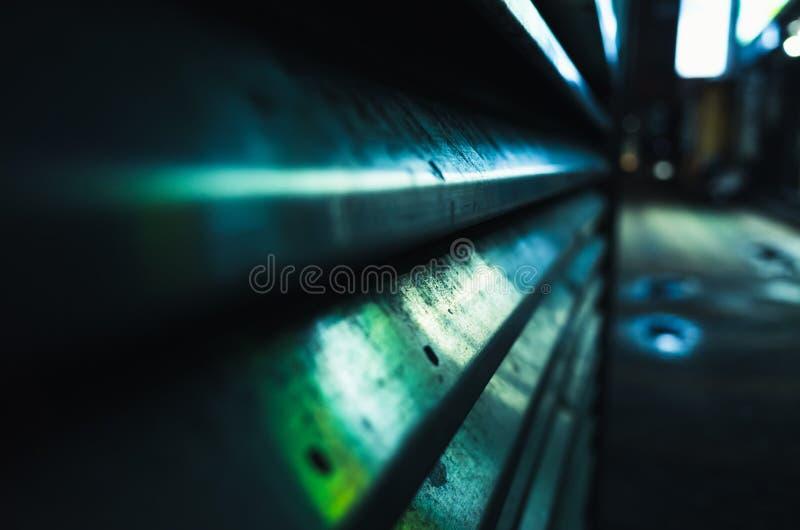 Parede metálica da rua com reflexões do verde azul imagens de stock royalty free