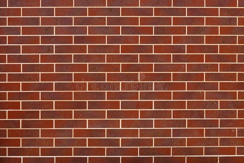 A parede moderna é feita do vermelho, tijolo de clinquer cerâmico decorativo vagabundos imagem de stock