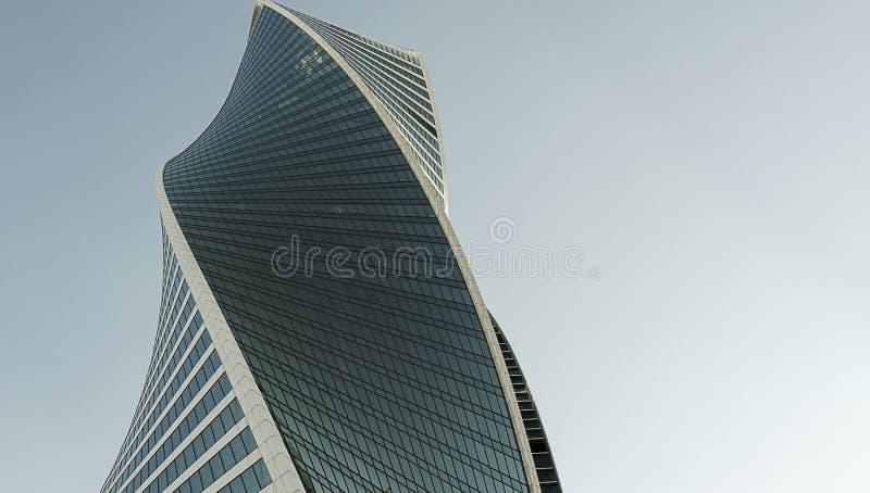 A parede moderna do prédio de escritórios feita do aço e o vidro com céu azul copiam o espaço fotografia de stock royalty free