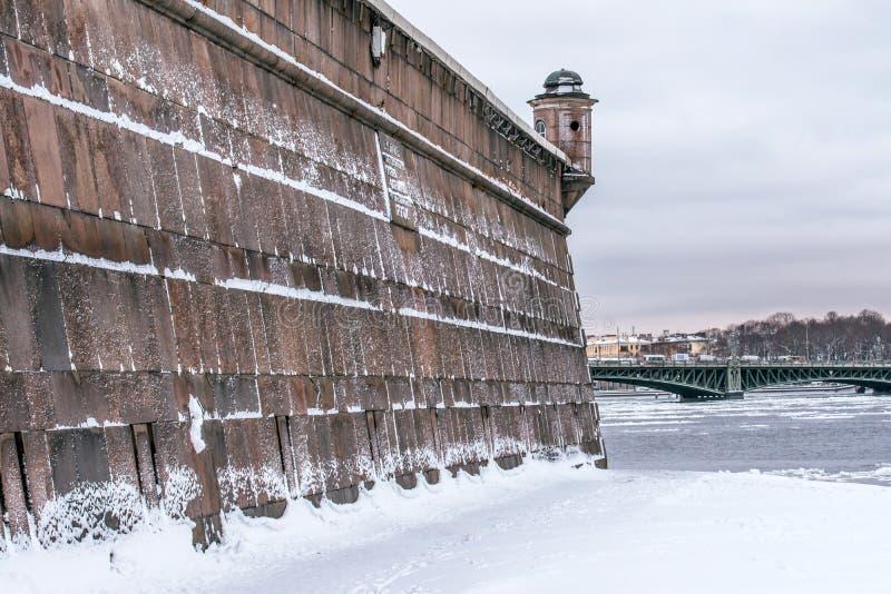 Parede na ilha da lebre do Peter e do Paul Fortress no inverno foto de stock royalty free