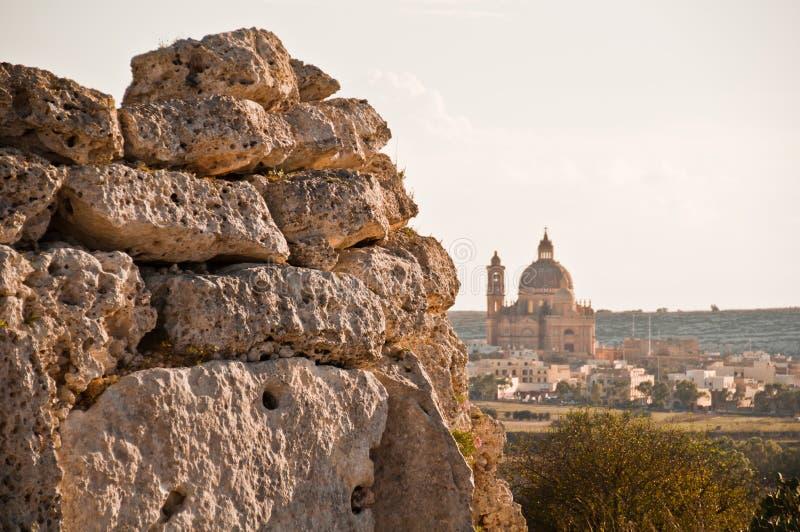 Parede Neolithic com a basílica de Ta Pinu em Gozo fotografia de stock