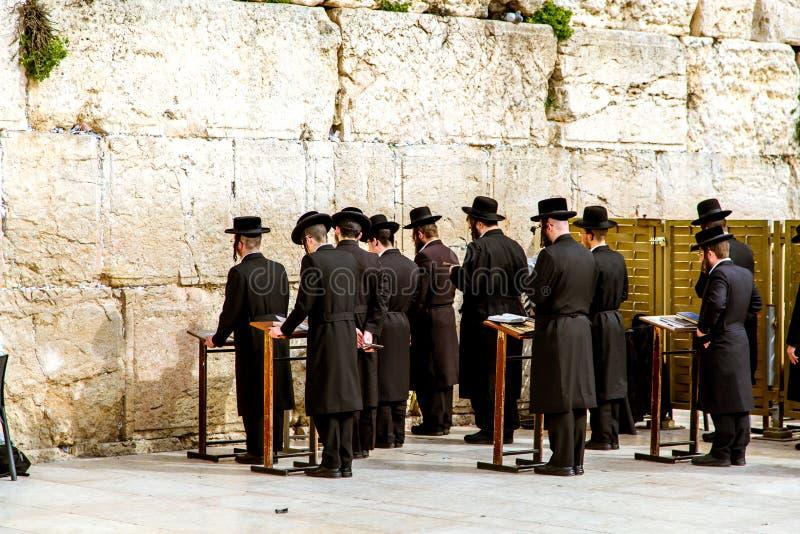 Parede ocidental no Jerusalém, rezando judeus fotografia de stock royalty free