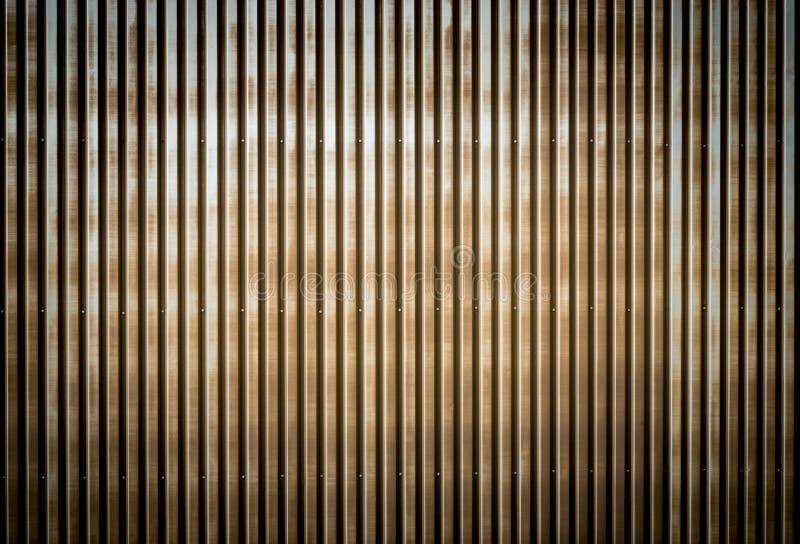 Parede ondulada oxidada velha do metal de uma construção do celeiro foto de stock