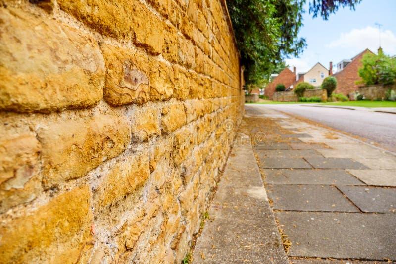Parede ou cerca tradicional inglesa velha de tijolo da casa de campo fotos de stock royalty free