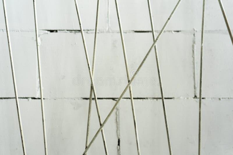 Parede pintada branca com hastes de ferro Fundo foto de stock