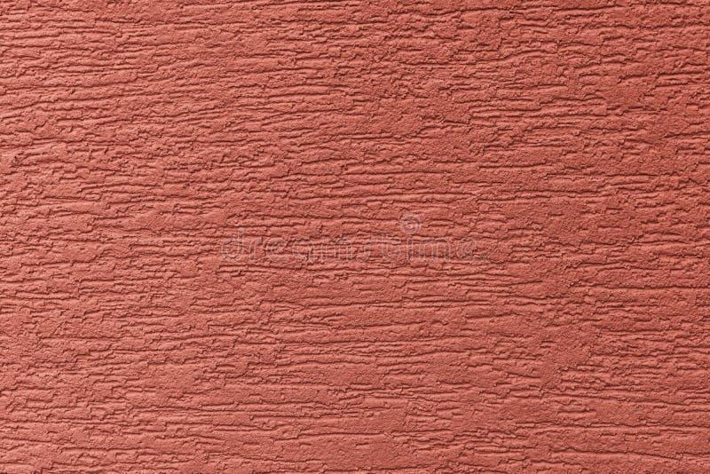 Parede pintada da fachada Construção com pintura estrutural da cor vermelha foto de stock