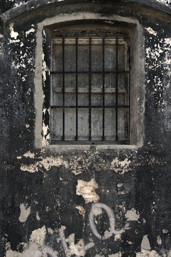 parede preta velha com janela imagens de stock royalty free