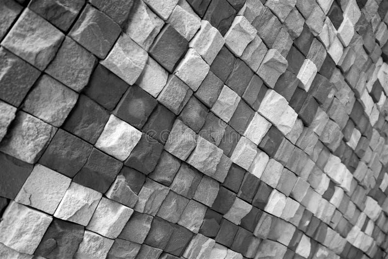 Parede preto e branco da pedra selvagem nas cores diferentes alinhadas com um teste padrão fotografia de stock royalty free