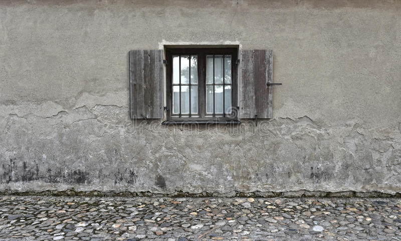 Parede rachada com a janela de madeira velha Fundo de pedra da textura fotografia de stock