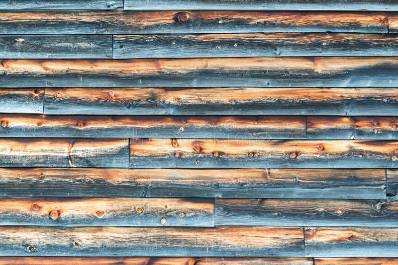 Parede resistida do celeiro com o tapume de madeira sobreposto fotos de stock