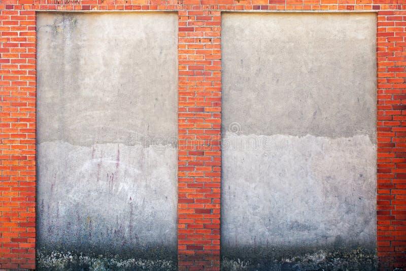 Parede resistida do estuque e quadro do tijolo vermelho ao redor imagens de stock royalty free