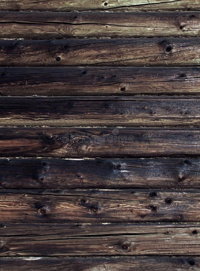 Parede resistida velha do log Fundo de madeira do marrom escuro Logs gastos de Craked fotografia de stock royalty free