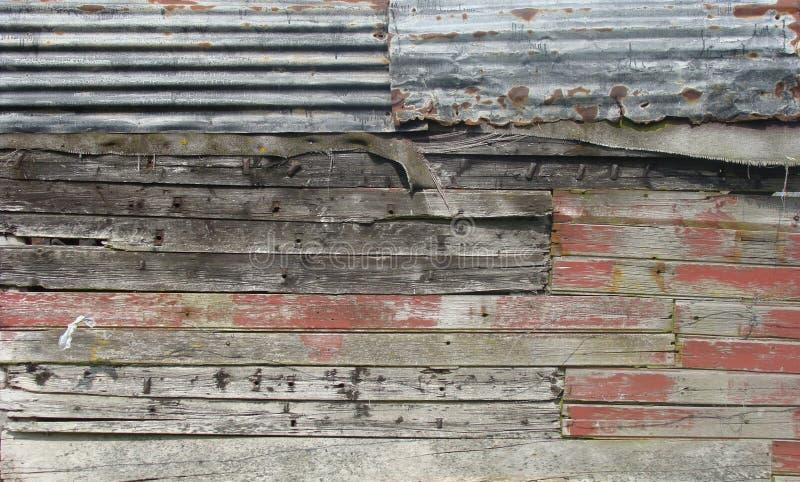 Parede suja do celeiro feita com madeira, metal e pano fotografia de stock royalty free