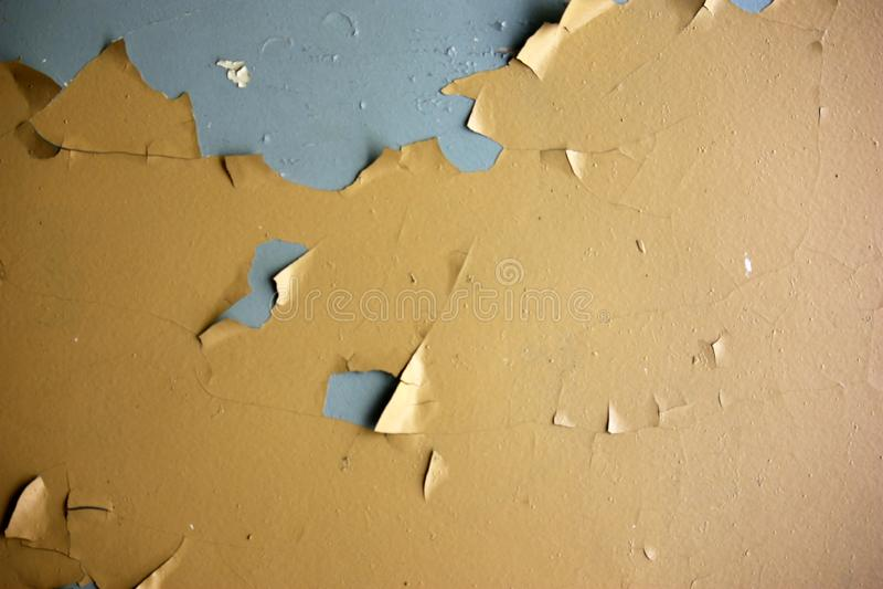 a parede suja velha com a pintura amarela rachada de vez em quando, pode ser usada como um fundo ou uma textura fotos de stock