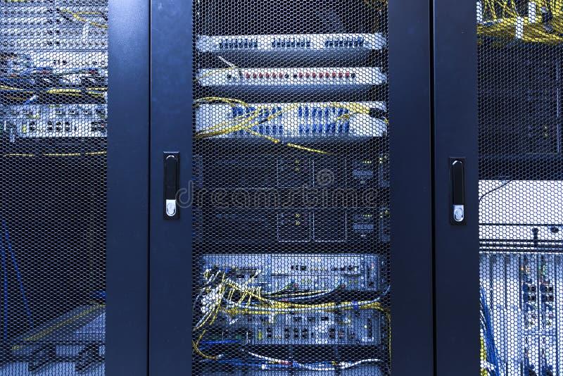 Parede técnica do terminal celular dos dados no centro de comunicações moderno Fim acima do equipamento de rede do regresso sob f fotografia de stock royalty free