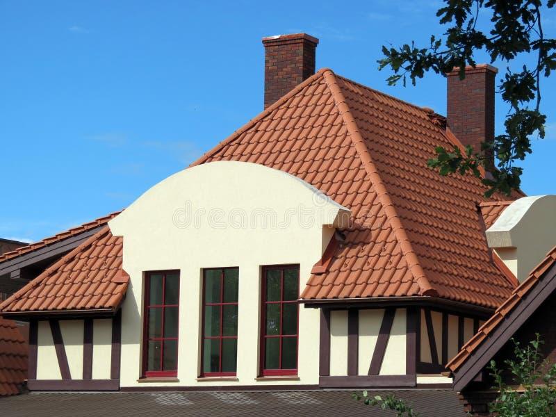 Parede, telhado e janelas home bonitos novos, Lituânia fotos de stock