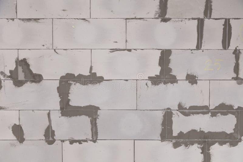 Parede textured do fundo do close up do concreto ventilado cinzento com as emendas ásperas com almofariz, colagem Construção do c foto de stock royalty free
