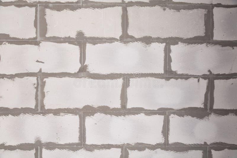 Parede textured do fundo do close up do concreto ventilado cinzento com as emendas ásperas com almofariz, colagem Construção do c fotos de stock