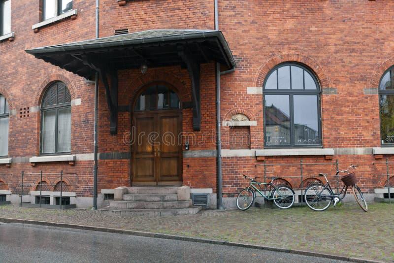 A parede traseira do teatro de Aarhus em construções do século XIX do tijolo vermelho e da catedral medieval imagem de stock royalty free