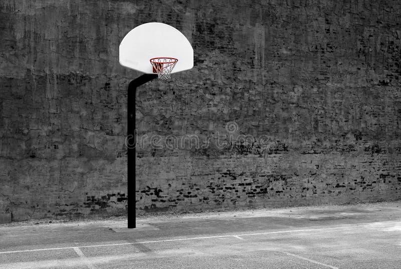 Parede urbana e asfalto do centro urbano de aro de basquetebol fotos de stock