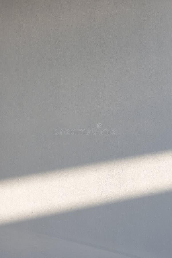 Parede vazia do cimento branco da simplicidade com linha de luz e de sombra do sol na tarde usado para o molde, o fundo ou a text imagens de stock