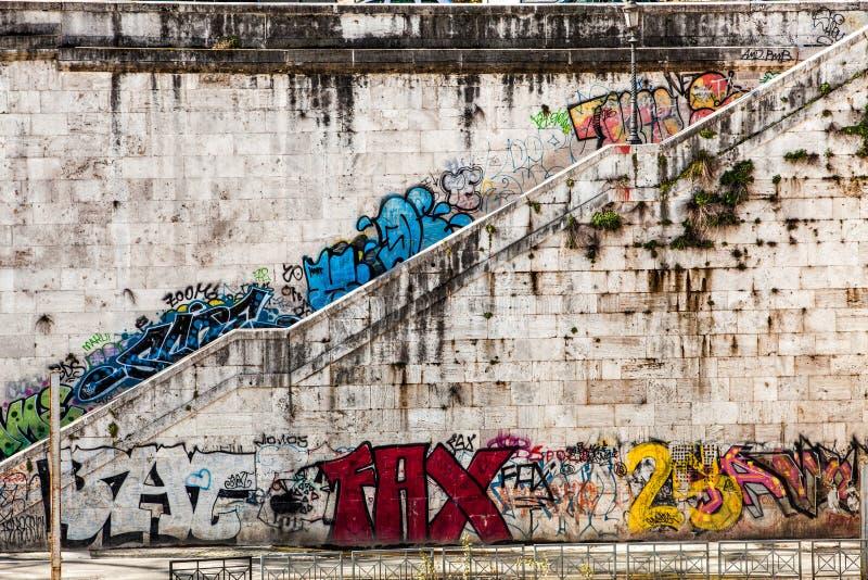 Parede velha com pinturas murais e graffito stairway Indicadores velhos bonitos em Roma (Italy) fotos de stock