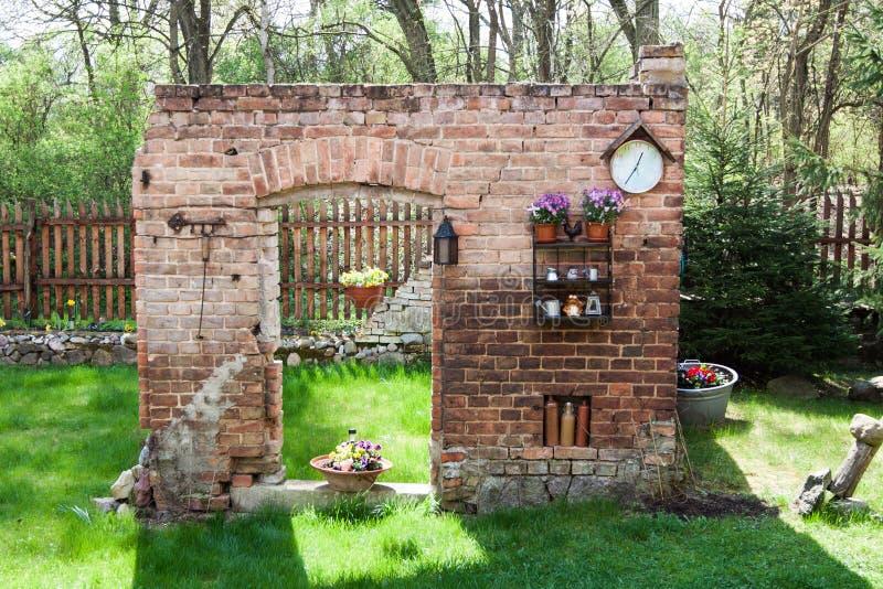 A parede velha como uma ruína foto de stock