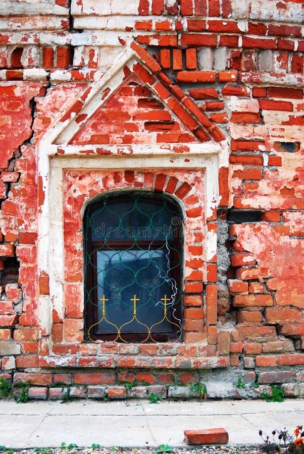 Parede velha da igreja decorada por cruzes Monastério do esmagamento em Uglich, Rússia foto de stock royalty free