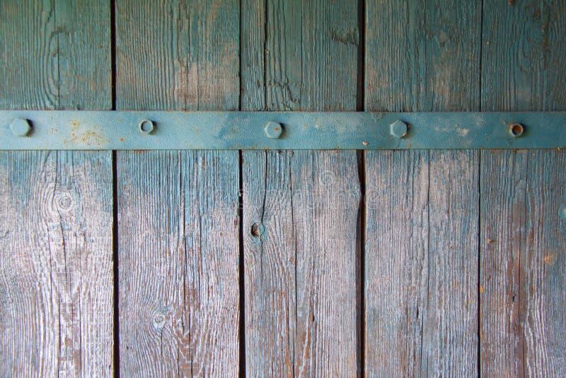 Parede velha das pranchas de madeira pintadas com pintura com tira do ferro imagens de stock royalty free