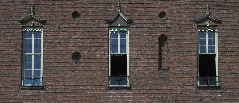 Parede velha do edifício da cidade com o indicador três imagens de stock