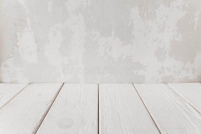 Parede velha do emplastro com o assoalho de madeira branco, close-up foto de stock