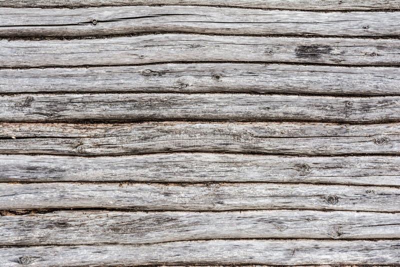 A parede velha do log, textura de logs de madeira antigos, fecha-se acima do fundo da abstração da decoração fotografia de stock royalty free