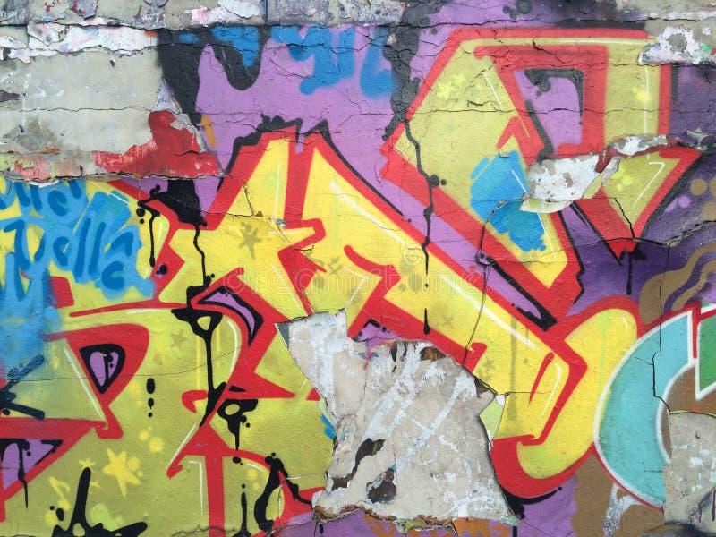 Parede velha dos grafittis imagens de stock