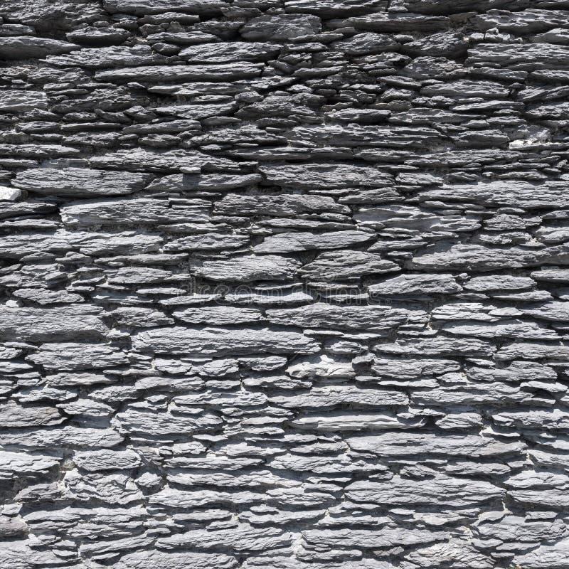 Parede velha mesma feita de pedras naturais lisas em ireland foto de stock