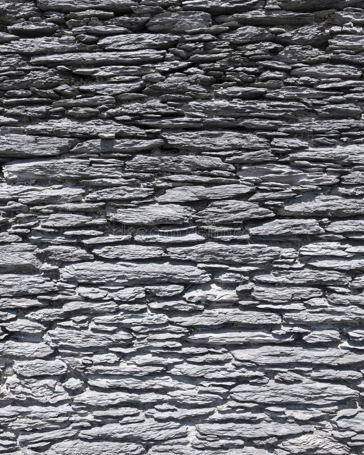 Parede velha mesma feita de pedras naturais lisas em ireland imagens de stock