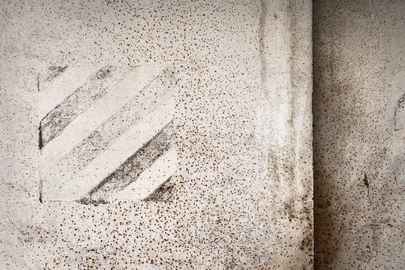 Parede velha pintada branco do ferro fotografia de stock royalty free