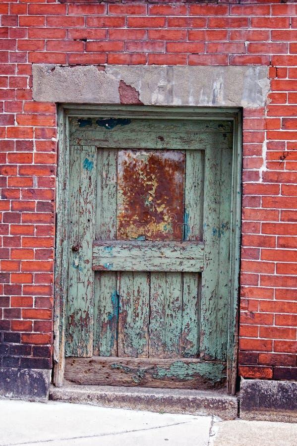 Parede verde do vermelho da porta fotos de stock